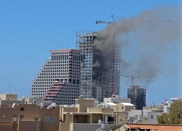 שריפה ב מגדל בשלבי בנייה ברחוב הירקון ב תל אביב