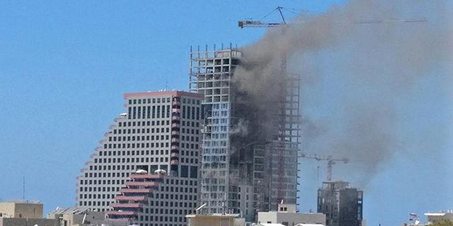 """הכבאים השתלטו על השריפה במגדל """"טיילת דוד"""" בתל אביב, 4 נפצעו קל"""