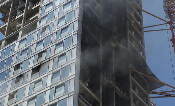 שריפה ב מגדל בשלבי בנייה ברחוב הירקון ב תל אביב 3, צילום: מוטי קמחי