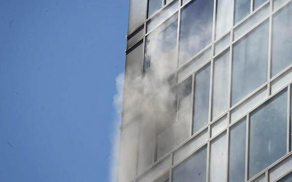 שריפה ב מגדל בשלבי בנייה ברחוב הירקון ב תל אביב 4, צילום: מוטי קמחי