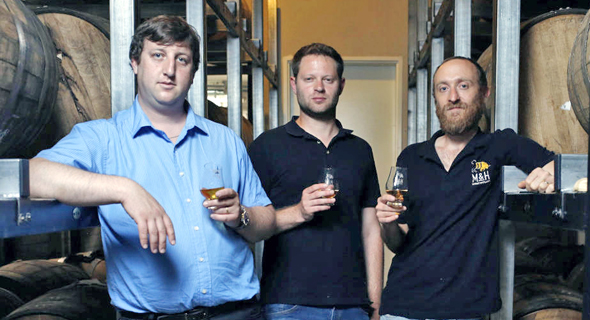 מימין: תומר גורן, איתן עתיר וגל קלקשטיין ממזקקת מילק אנד האני