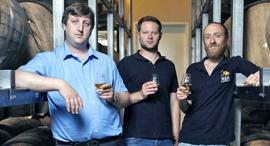 מימין: תומר גורן, איתן עתיר וגל קלקשטיין ממזקקת מילק אנד האני, צילום: עמית שעל