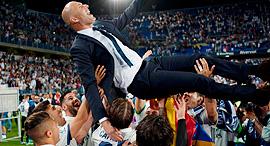 שחקני ריאל מדריד חוגגים אליפות עם זינאדין זידאן המאמן, צילום: איי אף פי