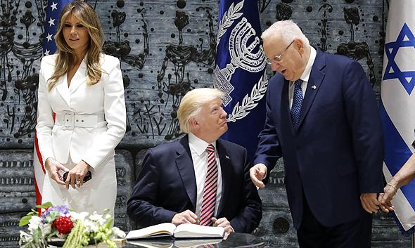 הנשיא ריבלין, הנשיא טראמפ ואשתו מלינה בבית הנשיא, צילום: איי אף פי