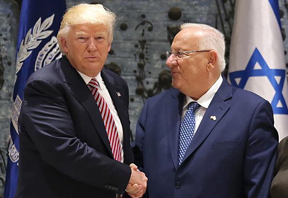 """הנשיא ראובן רובי ריבלין ו נשיא ארה""""ב דונלד טראמפ לחיצת ידיים ביקור בישראל מאי 2017, צילום: איי אף פי"""