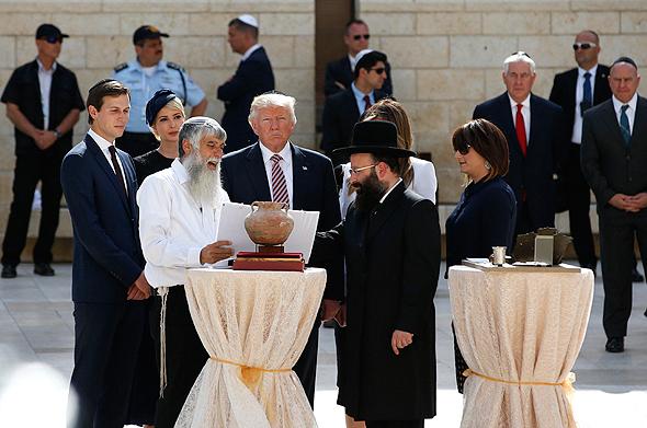 דונלד טראמפ ג'ארד קושנר ו איוונקה טראמפ ב כותל המערבי ירושלים מאי 2017, צילום: איי פי