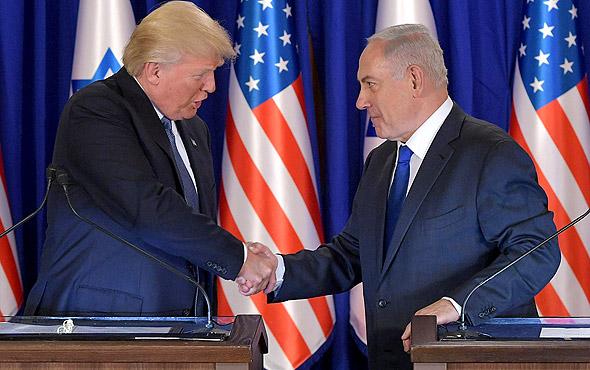 """ראש הממשלה בנימין נתניהו ו נשיא ארה""""ב דונלד טראמפ הצהרות לחיצת ידיים ביקור ב ישראל מאי 2017, צילום: איי אף פי"""