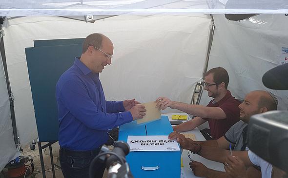 """אבי ניסנקורן מצביע בחירות ל יו""""ר ההסתדרות, צילום: ליאור גוטמן"""