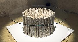 """שולחן זכוכית בעיצובו של פול קוקסדג, צילום: יח""""צ"""