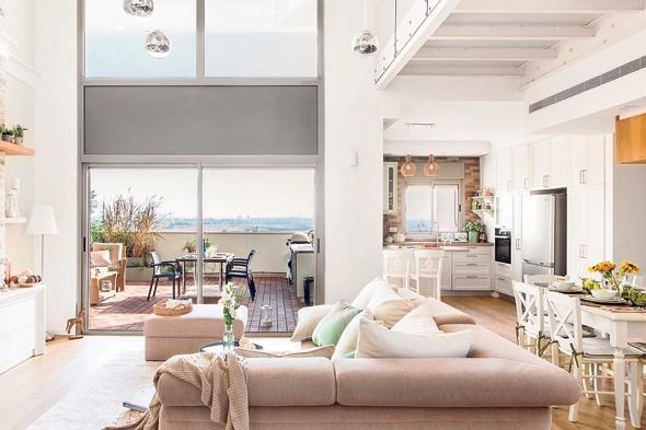 הסלון והמרפסת שבהמשכו. תחושה של בית פרטי