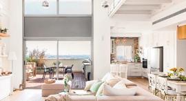 """מגזין נדל""""ן 24.5.17 סוגרים בסטייל נקודת תצפית דירת גג עם גלריה מרחפת סלון ו מרפסת, צילום: איתי בנית"""