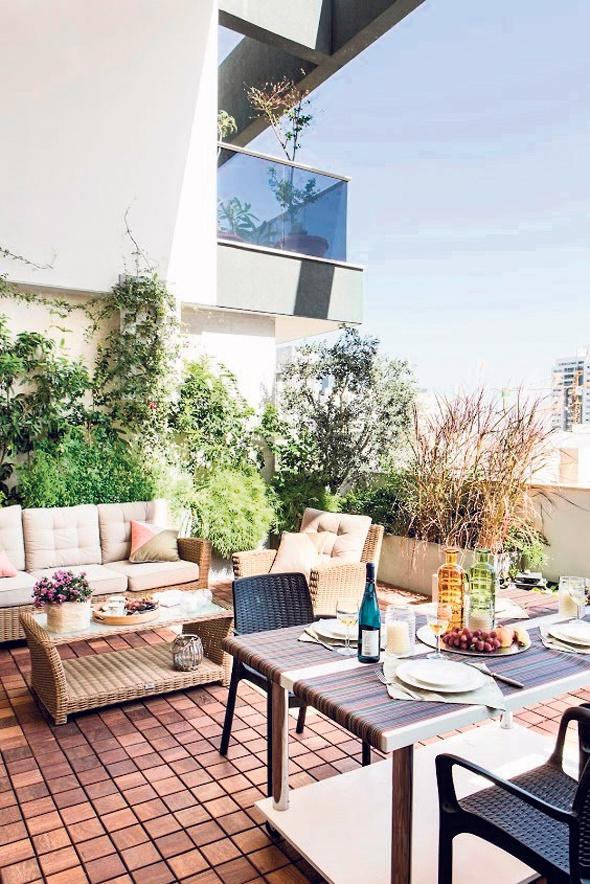 2. המרפסת. לב הבית בקיץ