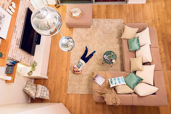 מבט אל הסלון. תקרה בגובה שבעה מטרים