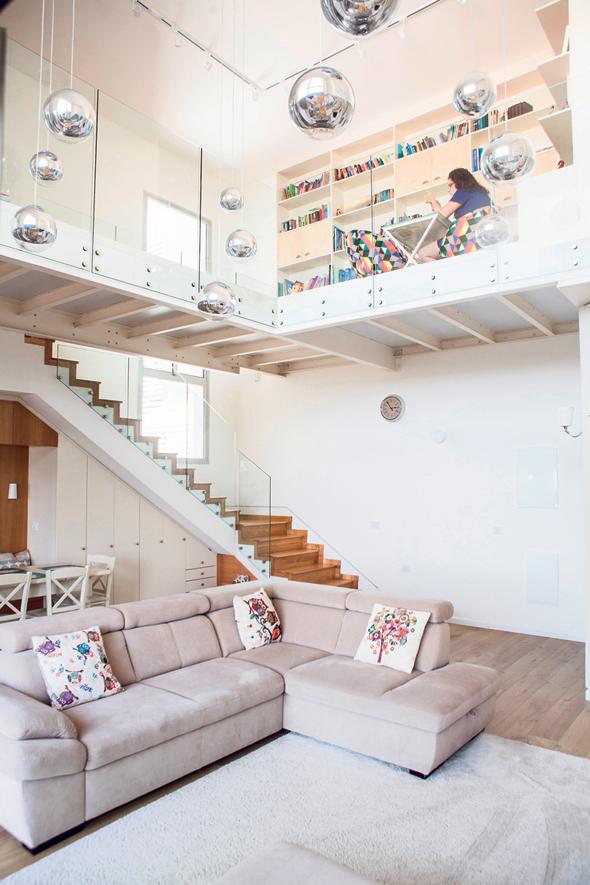 הסלון ומעליו הגלריה. משולחן העבודה אפשר לראות את כל הבית וגם את כל הנוף