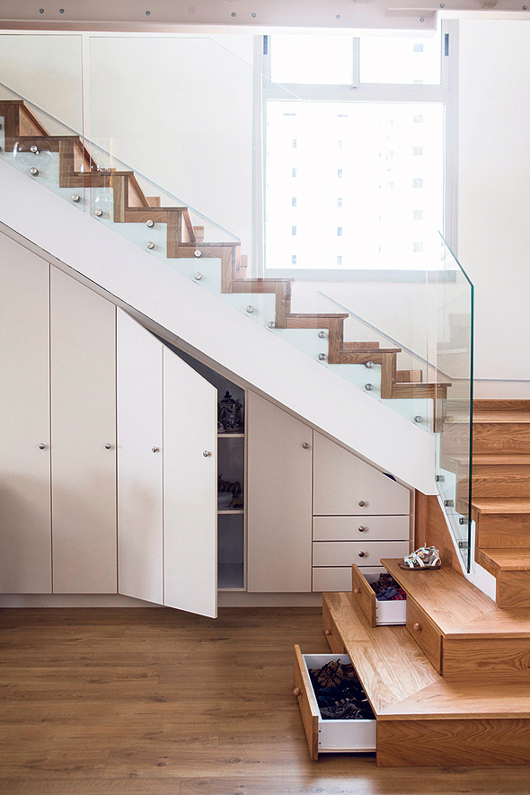 מדרגות עץ המסתירות בתוכן מגירות לנעליים. אחסון בכל פינה