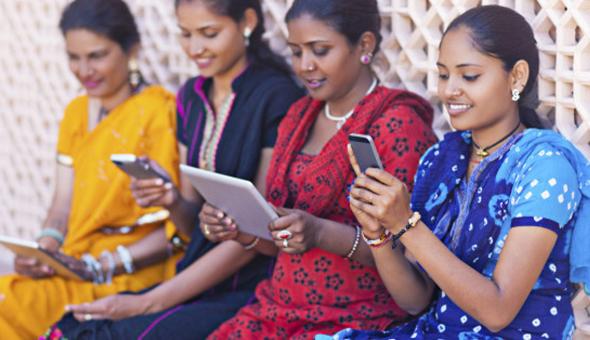 נשים מהודו עם סמארטפונים
