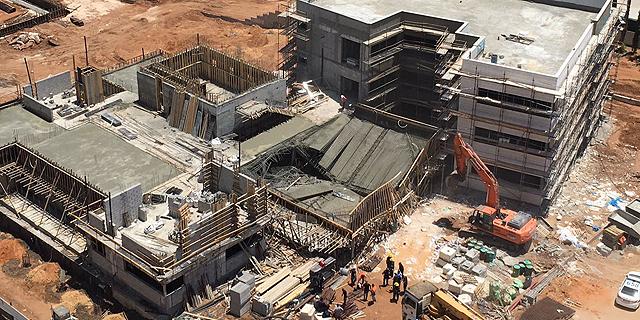 תקרת בית ספר בבנייה בגני תקווה קרסה, 5 פועלים שהיו על הגג נפצעו