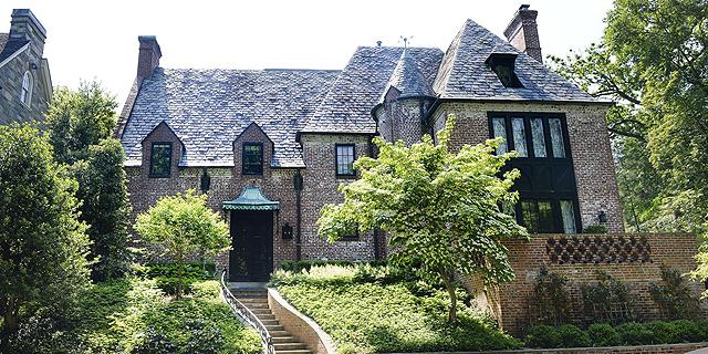 לא עוזבים את העיר: בני הזוג אובמה קנו את הבית ששכרו בוושינגטון ב-8.1 מיליון דולר