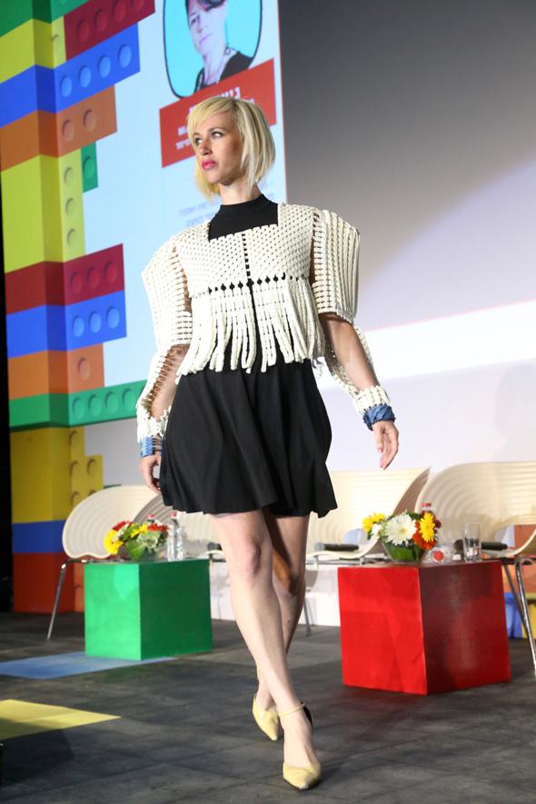 דוגמנית עם עיצוב בגד שהודפס בתלת מימד בעיצובו של ניצן קיש