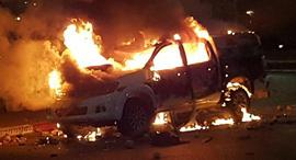 ניידת משטרה שהועלתה ב אש