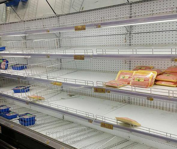 מדפים ריקים בסופרמרקט בדוחה, קטאר, צילום: איי אף פי