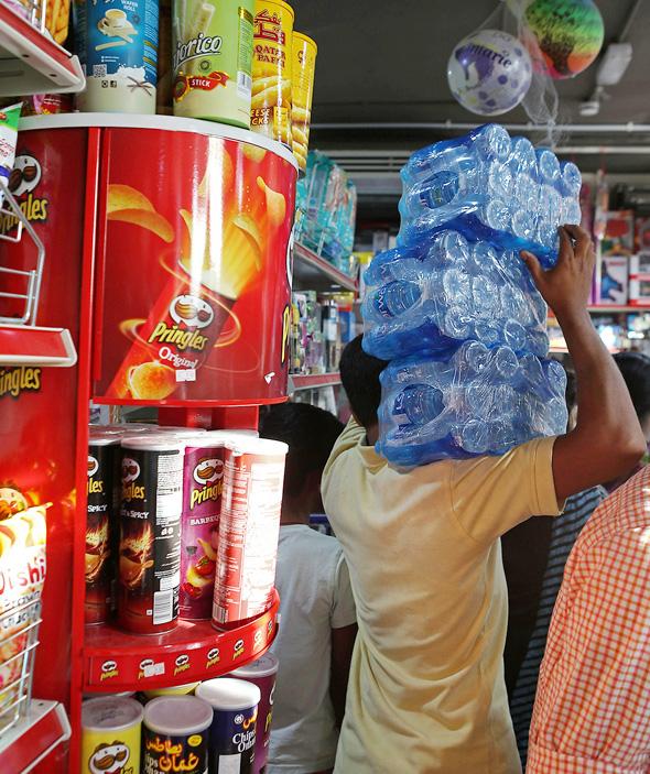 תושבים בקטאר מצטיידים במזון, צילום: איי אף פי