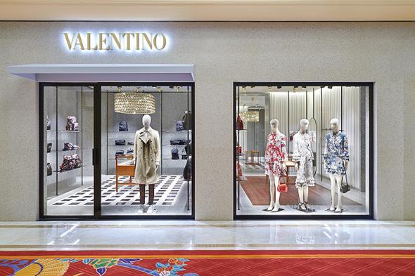 חנות אופנה ולנטינו במלון וויין במקאו, צילום: cpp-luxury