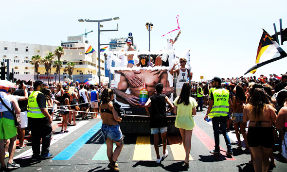 מצעד הגאווה בתל אביב בקיץ האחרון. מיקרוסופט נתנה חסות למשאיות