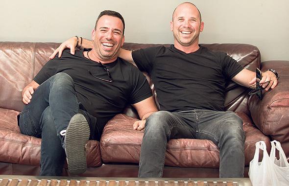 בעלי מקס אבן צ'ארלס ניומן (מימין) ואורי מקס, ממתינים לחתימת ההסכם במשרדי אייפקס ישראל
