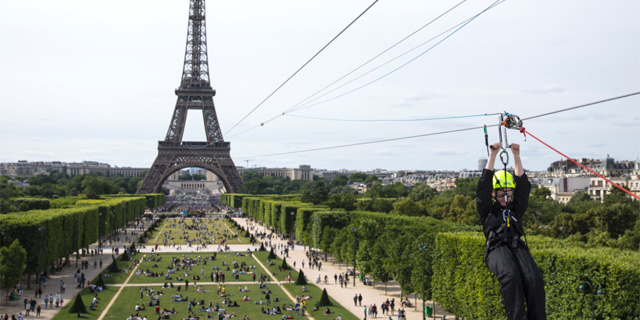 אטרקציה חדשה בפריז: גלישת אומגה ממגדל אייפל