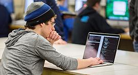 קוד לבוש טי שירט HP מתכנת, צילום: hackEDU