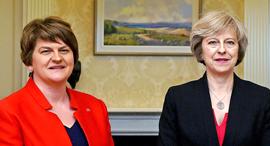 """מימין ר""""מ בריטניה תרזה מיי ו ראש מפלגת האיחוד הדמוקרטית של צפון אירלנד, צילום: איי פי"""