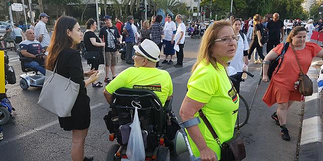 מפגינים בתל אביב, צילום: עופר צור