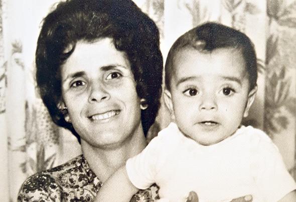 1963. שמוליק יפרח עם אמו אסתר בביתם בדימונה