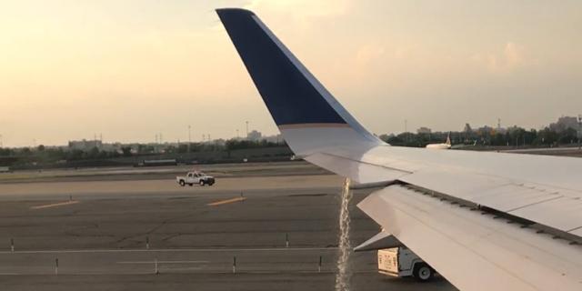 צפו: נוסעת צילמה דליפת דלק מכנף המטוס, רגע לפני ההמראה