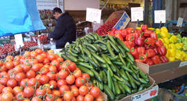 שוק הכרמל ירקות מלפפונים עגבניות התייקריות חורף 2013, צילום: דוד הכהן