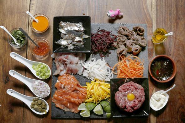 מגש של מאכלים נאים בארוחות הרג'וקו. אינספור אפשרויות לשילוב