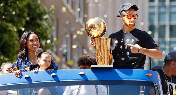 סטפן קארי. קארי אומר שהדרמה ב-NBA כבר כמעט ולא מצליחה להפתיע אותו, כמו הבקשה של קיירי אירווינג מקליבלנד קאבלירס לעבור קבוצה כדי שלא ישחק לצד לברון ג