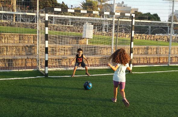 ילדים משחקים כדורגל. מבט על מדינות ספורט מפותחות מגלה שבכולן יש תרבות ספורט חזקה שמטופחת במועדוני ספורט, שקיימים בכל שכונה, עיירה, כפר, קהילה.