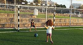 ילדים משחקים כדורגל, צילום: תהל בלומנפלד