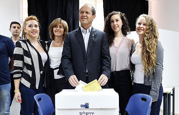 """ברקת (שנייה משמאל) עם בן זוגה ניר, ראש עיריית ירושלים, ובנותיהם. """"הפסקתי לחיות את החיים שלו"""""""