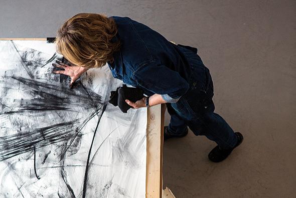 """בעבודה על אחד הציורים. """"במשך שנים עבדתי בסטודיו והתבוננתי בעירום"""""""