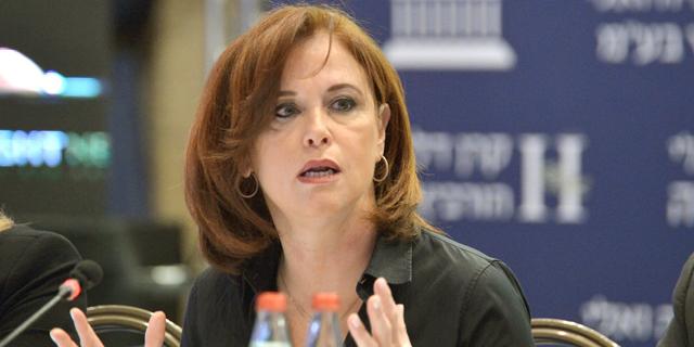 בנק לאומי מנצל את עזיבת סלינגר כדי לבקש היתר למכור ביטוח נגד פיטורים