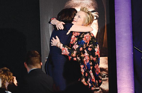 """עם הילארי קלינטון. """"אני מקווה שהילדים שלי יראו אשה בתפקיד הנשיאה"""""""
