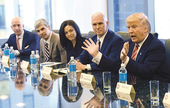 סנדברג (במרכז, לצד לארי פייג' מגוגל וג'ף בזוס מאמזון), במפגש  עם הנשיא טראמפ וסגן הנשיא פנס