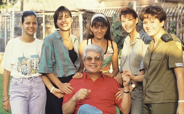 """דוד לוי ובנותיו בתחילת שנות התשעים (אורלי שנייה מימין). """"אני לא מתייעצת איתו אלא מודיעה, כי אני יודעת מה אני רוצה לעשות. ככה זה מילדות"""", צילום: בועז לניר"""
