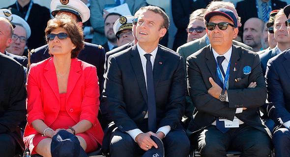 """מימין: מנכ""""ל דאסו Eric Trappier, נשיא צרפת עמנואל מקרון ושרת ההגנה של צרפת סילבי גולאר בסלון באווירי בפריז"""