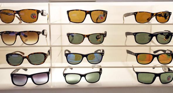 משקפי רייבאן של לוקסאוטיקה, צילום: בלומברג