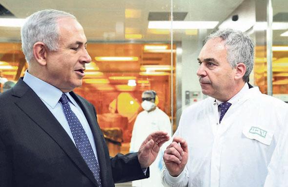 ויגודמן וראש הממשלה בנימין נתניהו במפעל טבע בירושלים ב־2014. ואולי עוד יזכה בקרדיט על עסקה שהצילה את החברה