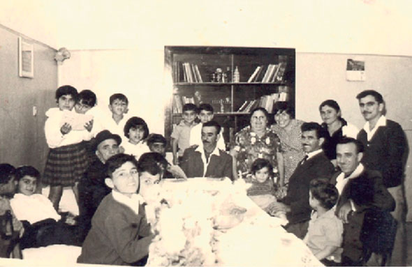 """נחום עם המשפחה המורחבת, 1967. """"ישנו 4 ילדים בחדר בשיטת רגליים־ראש"""""""